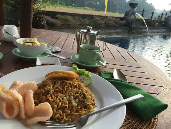 Mandala Desa: Breakfast - mee goreng by pool