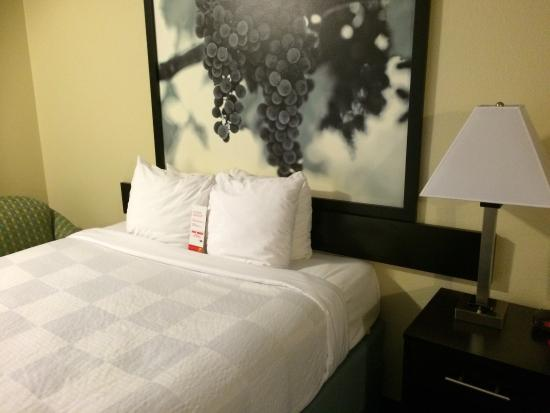 Super 8 Vallejo/Napa Valley: Pictures from double room. Balcony does not have any chairs or table.