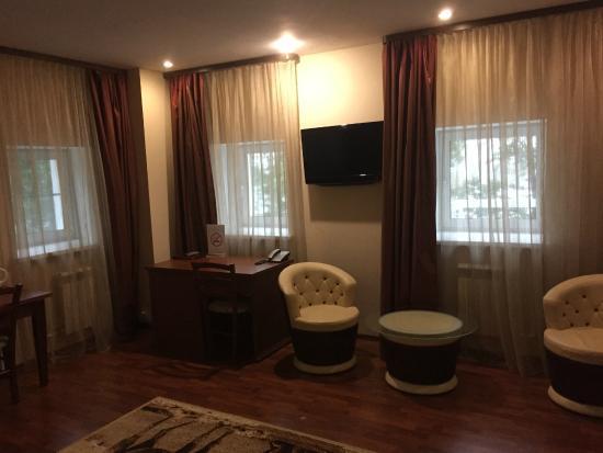 U Istoka Hotel: Письменный стол и ТВ