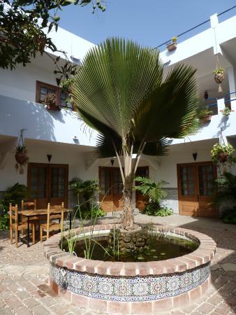 Casa Mara Dakar : Most restaurant tables are outdoors