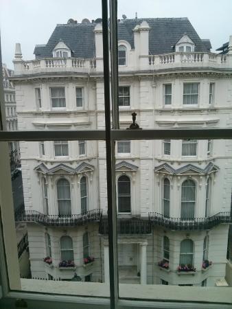 Kensington House Hotel: Вид на тайское консульство