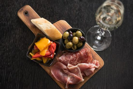 Restaurant Isä Camillo: Enjoy a glass of wine with tapas