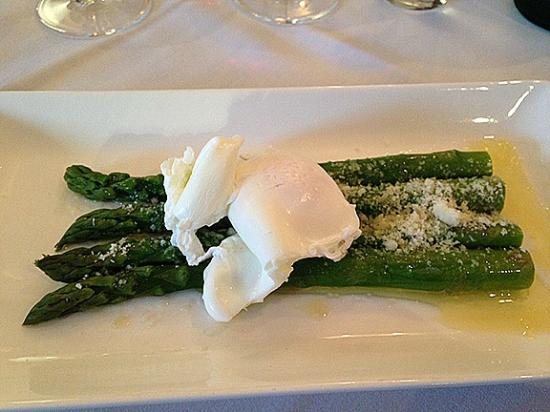 Pietros Italian Restaurant: Asparagus and poached hen's egg with flaked parmesan starter