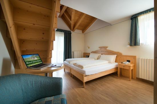 Camera con soppalco in legno - Picture of Hotel Interalpen ...