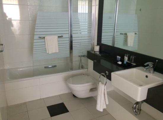 Island Suites Hotel: חדר רחצה