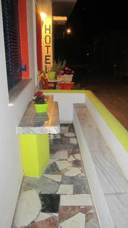 Hotel Margarita: balcon rez de chaussée, vue sur l'accueil