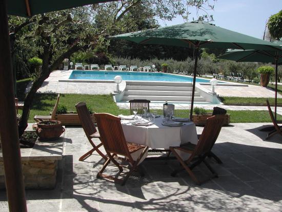 En terrasse au bord de la piscine venez passer un moment for Au bord de la piscine