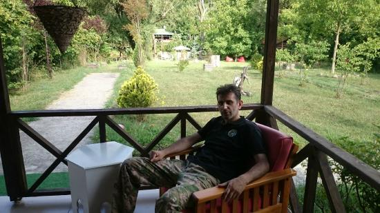 Nehir Perisi : Kütük evin verandasından bahçesi ve ben :)