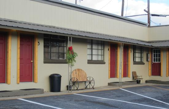 Selkirk Motel: Outdoor seating