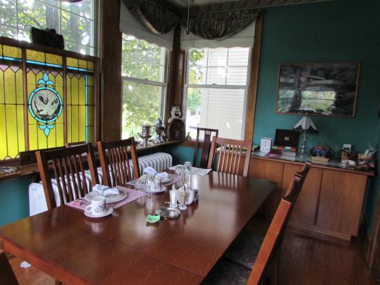 Quill Haven Country Inn: breakfast setting