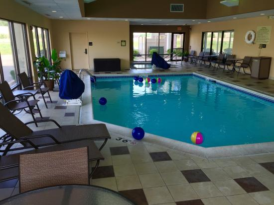 Hampton Inn Joliet I-55: Pool with beach balls for fun