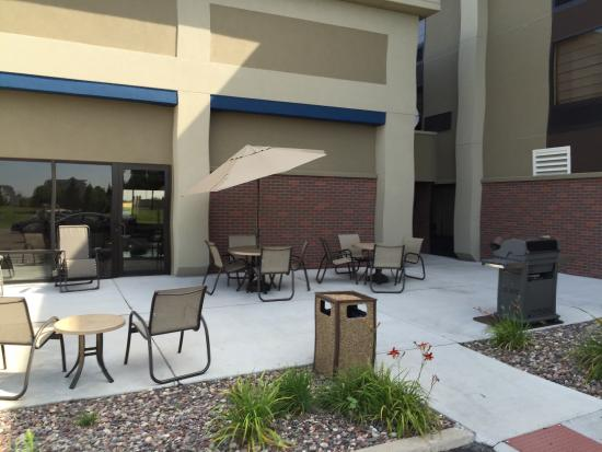 Hampton Inn by Hilton Joliet I-55: BBQ grill and tables out back