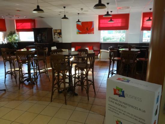 Ibis Barcelona Castelldefels: кафе для завтраков