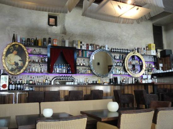 Brunnenhof Cafe & Bar : 店内は今様の若者向けのパプの雰囲気