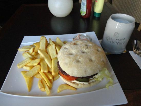 Brunnenhof Cafe & Bar : 夜遅かったのでキッチンの火は落していたので、この店自慢の巨大なハンバーガーを食べた。