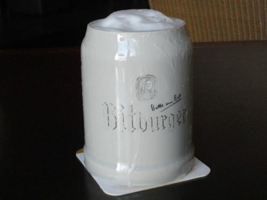 Brunnenhof Cafe & Bar : トリーアはモーゼルワインの主力生産地。でも近くにドイツでも有数の「ビットブルガービール醸造所」があって旨いビールも飲める。この店では珍しく陶器のマグでこのビールを出している。