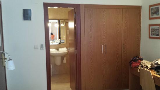 Hotel Costa Blanca: baño, y armario ropero