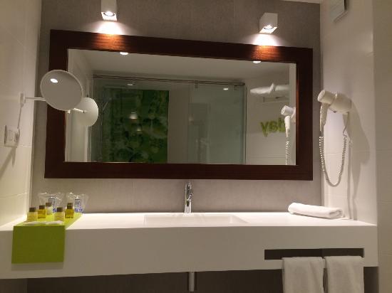 badkamer, wastafel uit corian - Picture of Hotel Garbi Ibiza & Spa ...