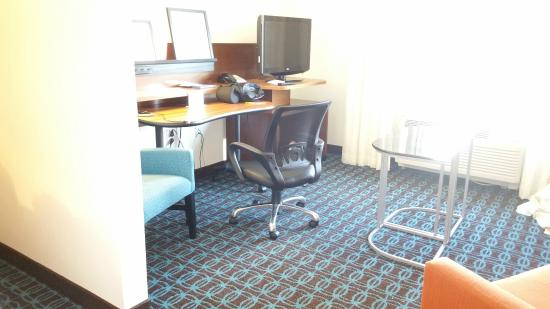 Fairfield Inn & Suites Smithfield Selma/I-95 : Small Workspace/TV Combo with Pull Out Table