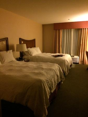 Hampton Inn & Suites Fresno: Standard Guestroom- Two Queens