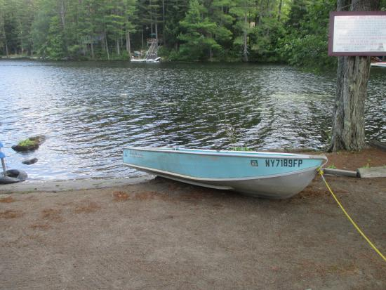 Chestertown, Нью-Йорк: Rowboat available - no adult life jackets