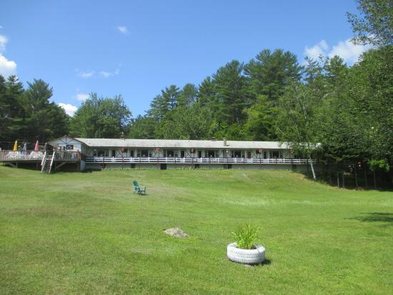 Chestertown, NY: Facing motel porches from dock area