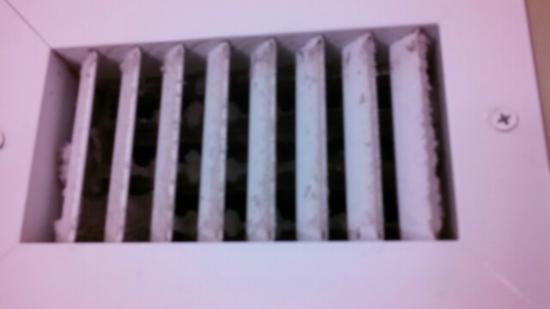 Quality Inn Ashland: very dusty vent in bathroom