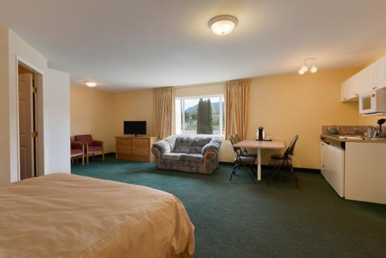 "Days Inn & Conference Centre - Penticton: Kitchenette - ""Family Suite"""