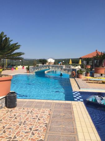 Pinelopi Apartments: Gorgeous quiet pool and great views!