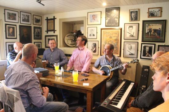 Larkin's Bar and Restaurant: Musique traditionnelle Dimanche 19h