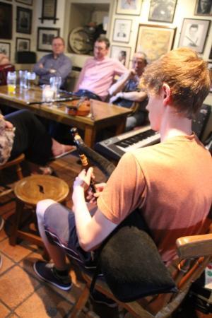 Larkin's Bar and Restaurant: Cornemuse irlandaise. Un solo superbe de + de 10 minutes!