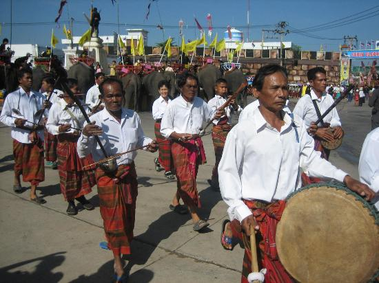 Ban Ta Klang Elephant Village: Traditional musicians in the Round Up Parade