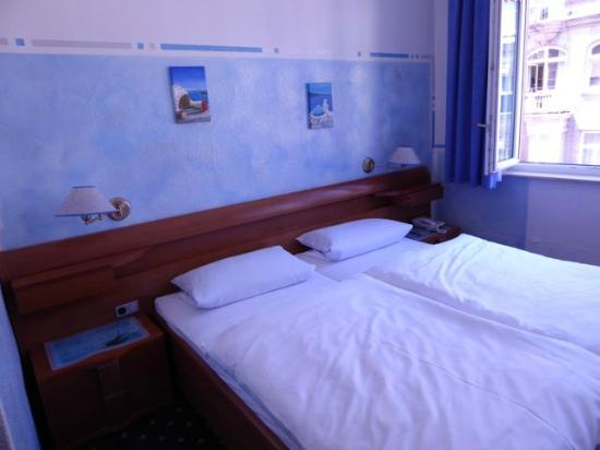 Hotel Garni Probst: Decorated with pictures of Santorini.