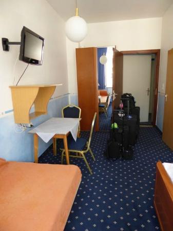 Hotel Garni Probst: Room from window facing the hall