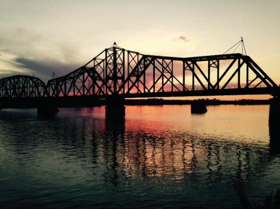 Ramkota Hotel: Sunset on the river