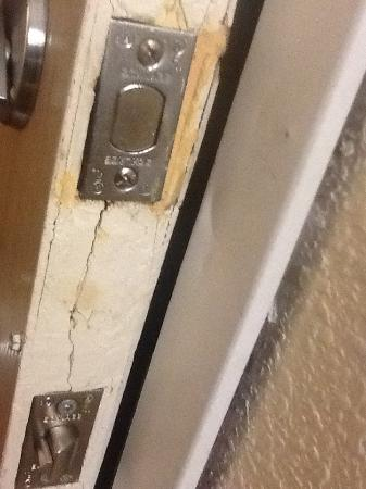 Motel 6 Toronto Brampton: The door was kicked in