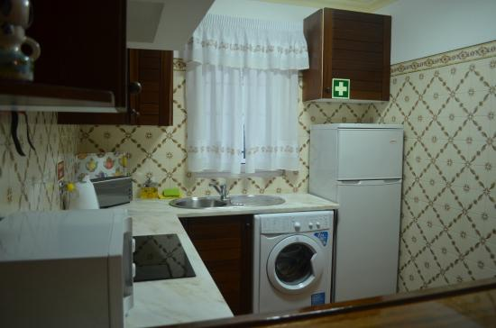 Apartamentos Os Descobrimentos : Kitchen/laundry facility in apartment