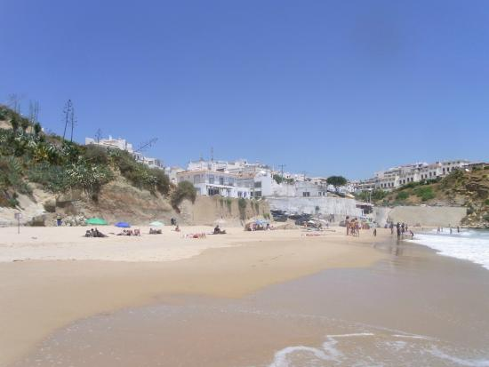 Apartamentos Os Descobrimentos: Beach looking back at apartment