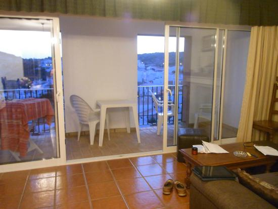 Apartamentos Os Descobrimentos: Lounge and balcony area