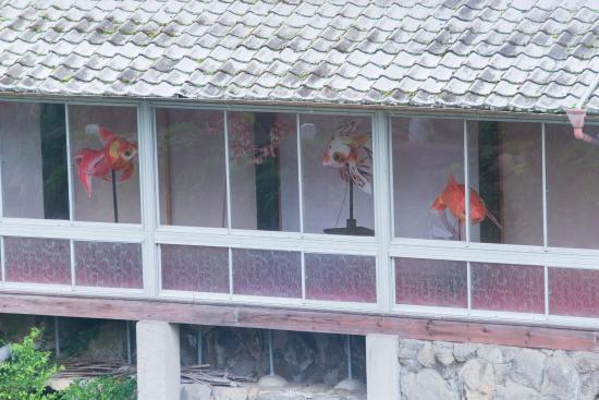 Wataya Besso: 川向の部屋の縁側には金魚のアート