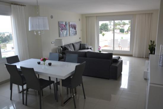 Cortijo del Mar Resort: Wohnzimmer mit direkten Zugang zur unteren Terrasse