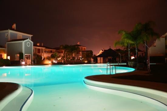 Cortijo del Mar Resort: Pool bei Nacht