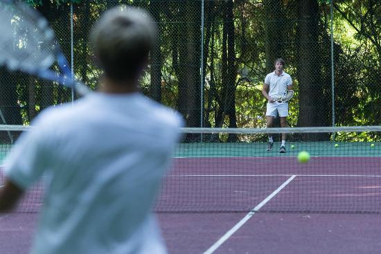 L'Orangerie de Llanniron: terrain de tennis sur place