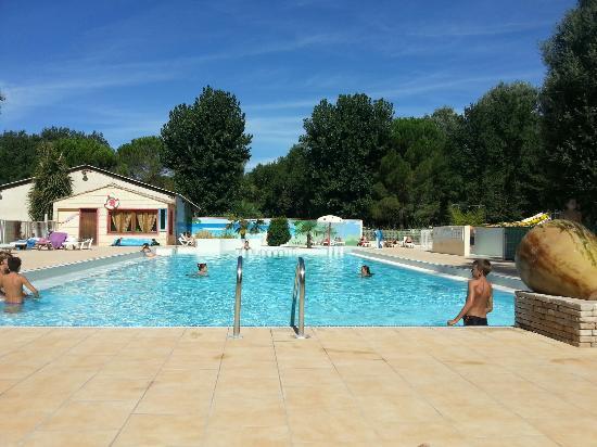 Domaine de Gaujac : Piscine plutôt calme le matin vers 10h et bondée l'après midi car tout le camping s'y retrouve