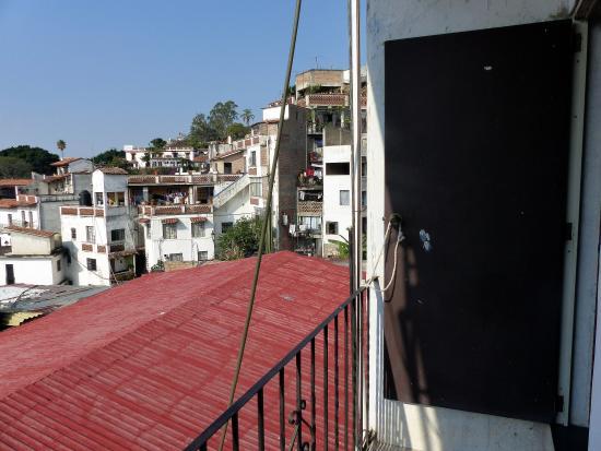 Casa Grande: Vista da varanda do apartamento sobre a área de show no primeiro plano.
