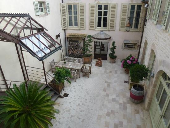 Chez Les Fatien: Courtyard