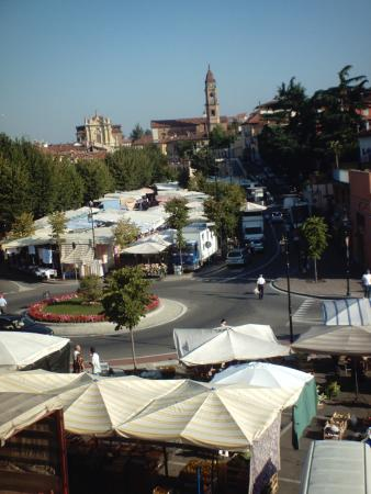 Nuovo Hotel Giardini: El mercado de Bra desde hotel Giardini