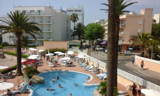 Hotel Levante: The pool and full sunbeds out there.