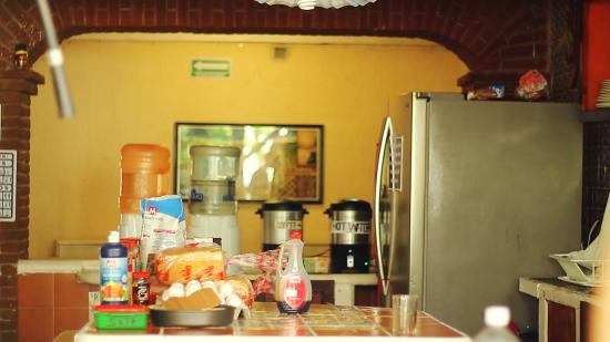 Weary Traveler Hostel: kitchen