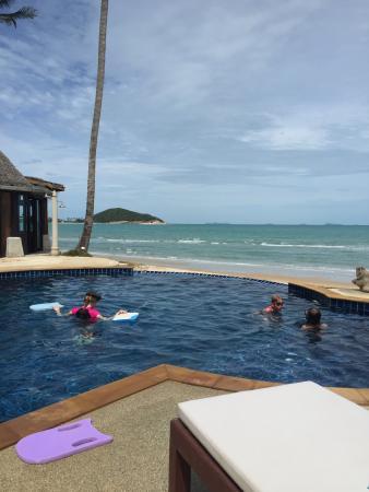 Lipa Lodge Beach Resort: God mad, pæn udsigt og havets brusen mens aftensmaden indtages.